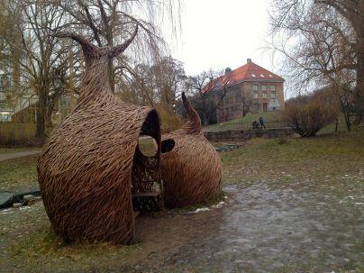 Skulpturer i pil hører naturligvis (!) med i en botanisk hage.
